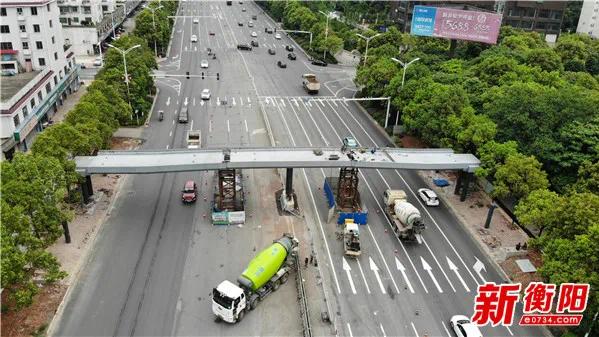 注意!这个路段正全面安装人行天桥……